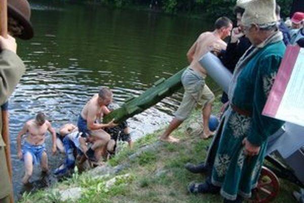 Pri Halčianskom jazere. Krokodíla v ňom lovia päťdesiat rokov.