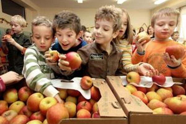 Deti by mali jesť viac ovocia, zhodujú sa dokola odborníci. V bufete ich však nalákajú sladkosti.