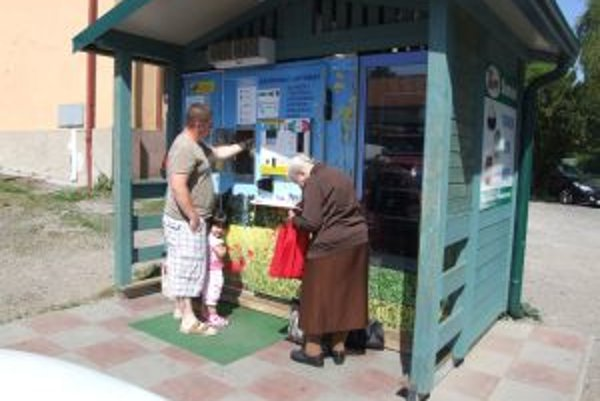 Mliekomat v Novej Bani si pochvaľujú najmä starší ľudia.