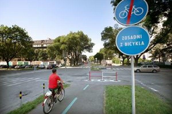 Prerušená cyklotrasa na Trenčianskej v Bratislave.