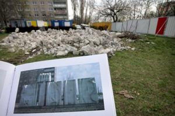 Na zábere dolu je fotografia sochy, ktorú zbúrali tento týždeň.