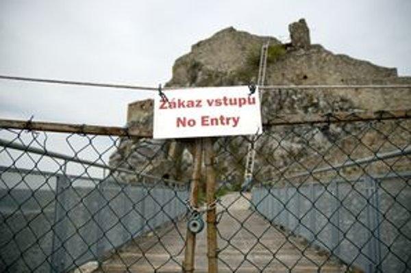 Horný hrad Devína je neprístupný. Návštevníci tak neuvidia výhľad ani nové nálezy. Ak mesto nebude v obnove pokračovať, hrozí poškodenie pamiatky.