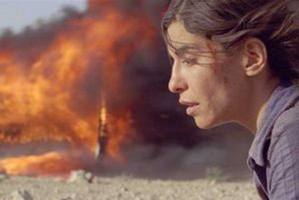 Festivalové filmy budú uvedené v originálnom znení so slovenskými titulkami, viaceré aj s anglickými titulkami. Vľavo záber z filmu Čierna venuša, vpravo hore Incendies (Žena, ktorá spieva), dole Krátky život. Záber z filmu Incendies.