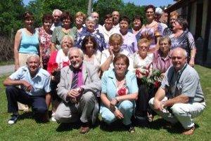 Deviataci a ich učiteľky. So základnou školou sa rozlúčili v roku 1962 v Hornej Ždani.