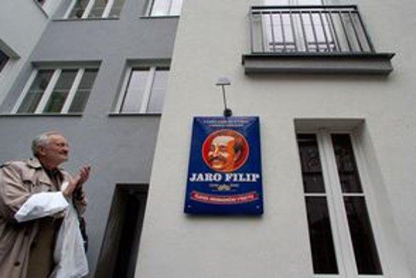 V Bratislave včera odhalili tabuľu hudobníkovi Jarovi Filipovi. Na snímke jeho dlhoročný spolupracovník, komik a textár Milan Lasica.