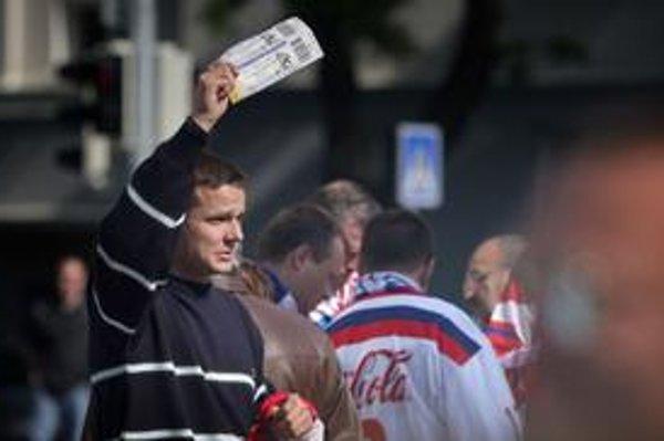 Aj pár metrov od policajtov predávajú pred štadiónom lístky na čierno.