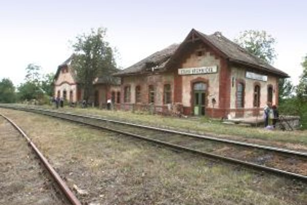 Chátrajúca historická stanica. Dočká sa záchrany alebo ju spoločne s nepoužívanými koľajnicami železnice zlikvidujú?