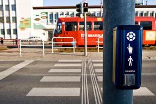 Pri modrých dopytových tlačidlách nebolo jasné, či chodcovi privolajú po stlačení zelenú.