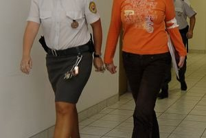 Údajné šéfka bytovej mafie (vpravo) tvrdí, že je vo väzbe protizákonne. Dostala sa však do nej po tom, čo sa pred políciou schovávala v Rakúsku.