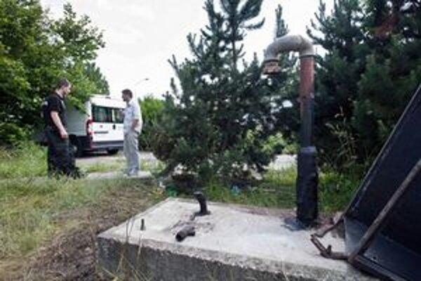 Pohľad na poškodený plynovod na bratislavskej Patrónke. Oznámenie o jeho požiari prijali policajti o 13:30 hod