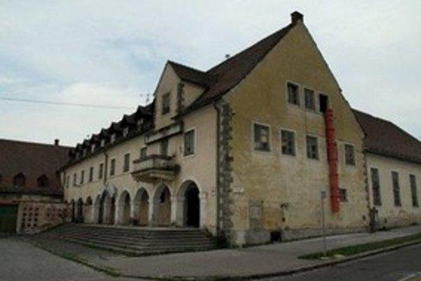 Dom postavili v 40. rokoch minulého storočia nemeckí Račania