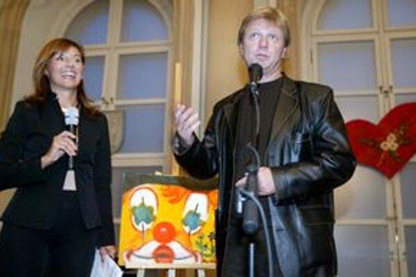 Českých hercov pozval do Bratislavy ich kolega Maroš Kramár, ktorý si založil divadlo Ateliér Babylon, kde sa predstavenia budú odohrávať.