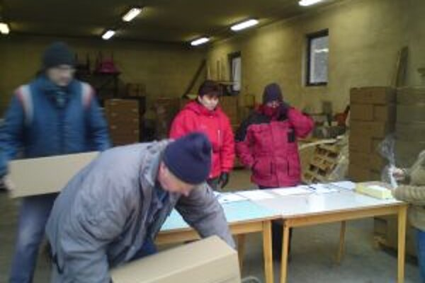 Aktivační pracovníci v Hodruši-Hámroch pomáhali aj pri vydávaní potravinovej pomoci.