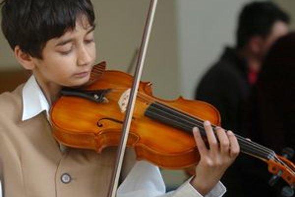 Niektoré školy nástroje požičiavajú, na domáce skúšanie je však potrebné mať vlastný hudobný nástroj.