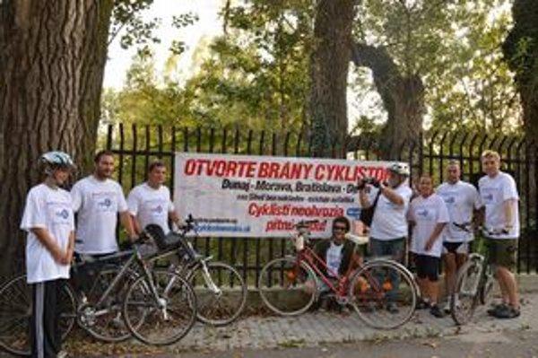 Cyklisti bojujú za cestu petíciou.