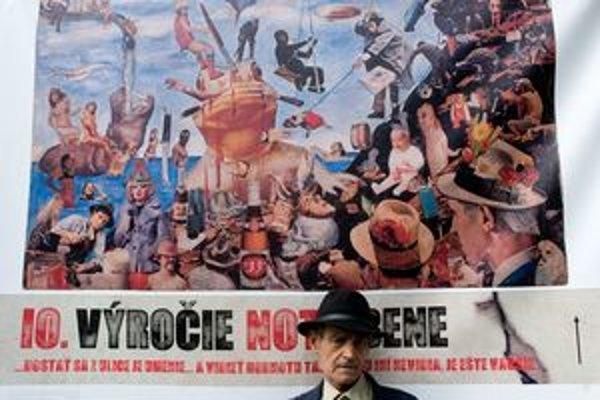 Ion Barladeanu žil dvadsať rokov na dvore medzi odpadkami v Bukurešti. Tvorí parodické koláže.