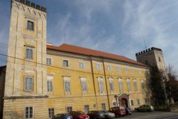 V súčasnosti súkromná stredná škola hlavnú budovu kaštieľa, ktorý je kultúrnou pamiatkou, takmer nevyužíva.