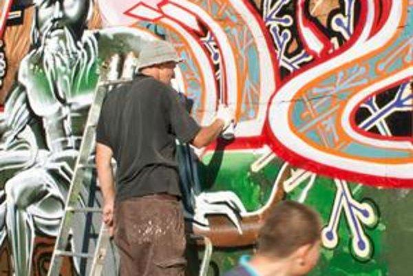 Jeden sprej stojí štyri eurá, maľovanie v Petržalke vraj nebolo lacné.