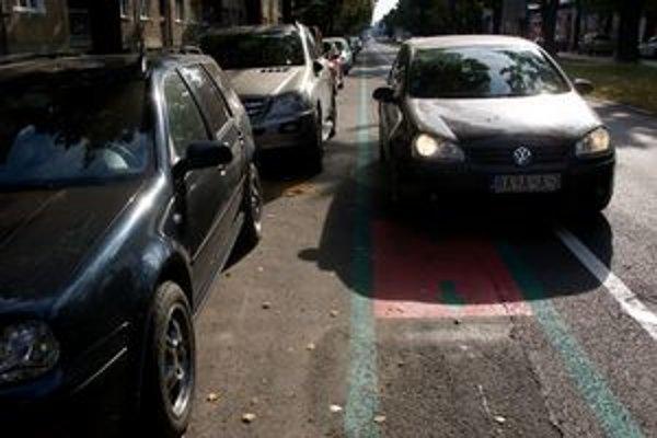 Cyklopruh na Košickej ulici nakreslili na cestu medzi pruh pre autá a pruh na parkovanie.