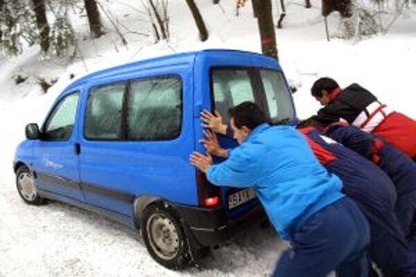 Sneh na cestách môže vodičov zastihnúť nepripravených.