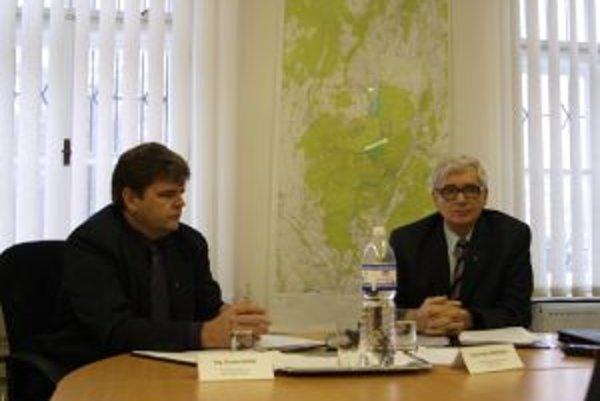 Šéf Úradu Slovenskej banskej komory Fedor Boroška (vpravo) na dnešnej tlačovej konferencii v Kremnici hovoril o legislatívnych zmenách, ktoré chce organizácia presadiť.