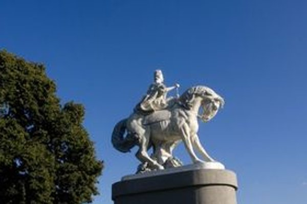 Bratislavský okrášľovací spolok, podporovaný J&T, inštaloval maketu sochy na nábreží, neďaleko štúrovcov, ktorých chcú vymeniť.