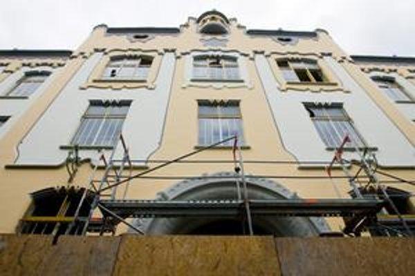 Gymnázium na Grösslingovej sa farebnou kombináciou na fasáde vrátilo do pôvodnej podoby podľa návrhu architekta Ödöna Lechnera.