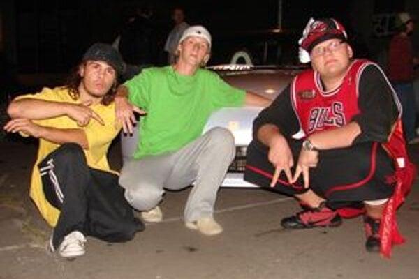 Associallz dance crew. Známa skupina otvára tanečnú školu.