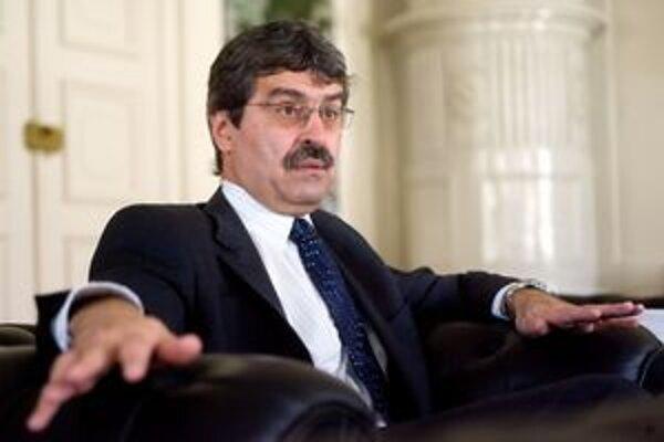 Milan Ftáčnik (nar. 1956 v Bratislave) vyštudoval kybernetiku na Matematicko-fyzikálnej fakulte Univerzity Komenského. V parlamente pôsobil po revolúcii ako poslanec za stranu SDĽ. V rokoch 1998 až 2002 bol ministrom školstva.