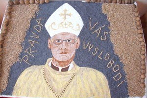 Podobizeň Rudolfa Baláža. Ihráčania si ním uctili nedávno zosnulého biskupa.