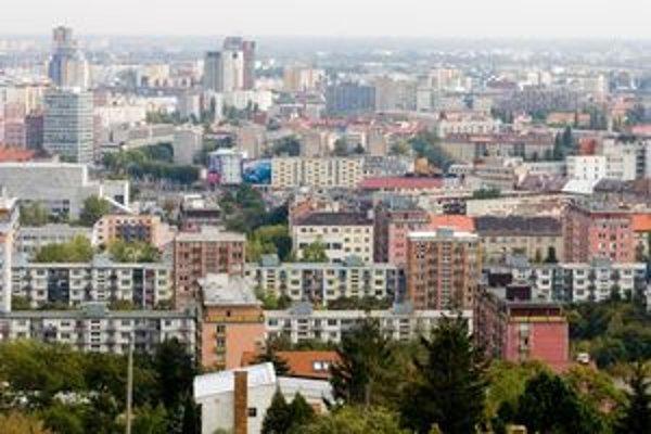 V hlavnom meste pôsobí niekoľko stoviek realitných kancelárií.