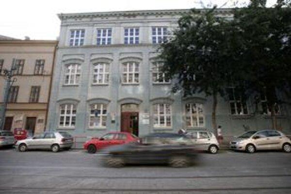 Škola končí po tom, čo jej budovu v septembri predala cirkev. Tá sa jej majiteľkou stala po dlhoročnom súdnom spore.