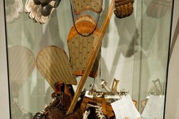 Na výstave k deväťdesiatinám bratislavského hokeja v Mestskom múzeu si možno pozrieť aj Golonkovu hokejku a korčule z víťazného zápasu československého mužstva nad ZSSR v Moskve v roku 1966.