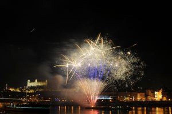 Ohňostroj odpálili z pontónu na Dunaji.