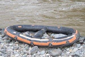 V Hronskej Dúbrave sa prevrátili člny s vodákmi. Hasiči stále pátrajú po jednom z nich.