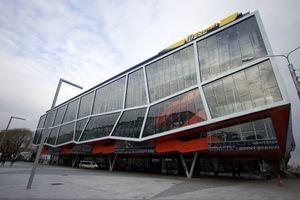 Nápis montovali na zimák na jeseň minulého roku. Aréna má niesť toto meno dva roky.