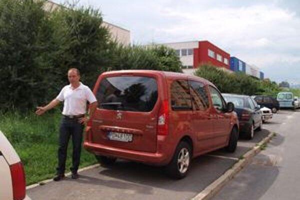 Obyvateľ sídliska a šéf bytového spoločenstva Miroslav Krajčov upozorňuje, že kapacita parkovísk už na sídlisku nepostačuje.