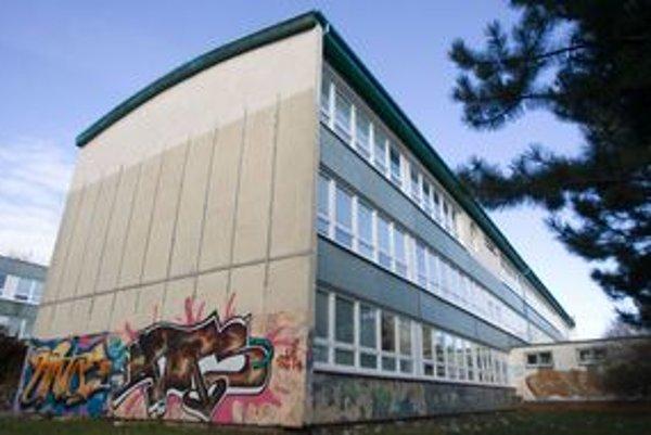Niektoré školy sprejerom vyhradili priestor. Dosiahli tým, že ich steny pokrývajú namiesto narýchlo robených čmáraníc pestrofarebné graffiti.