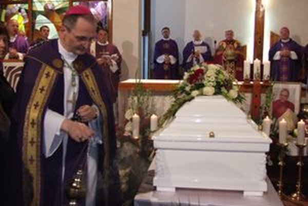 Pohrebné obrady. S banskobystrickým biskupom sa prišli rozlúčiť cirkevní hodnostári, diecézni kňazi a tisícky veriacich.