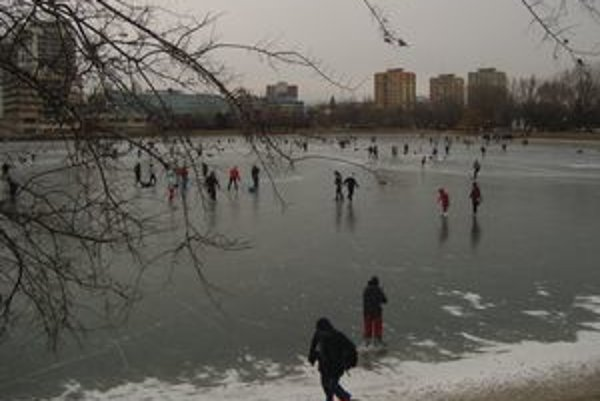 Mráz a vietor korčuliarov na Štrkoveckom jazere neodradil.