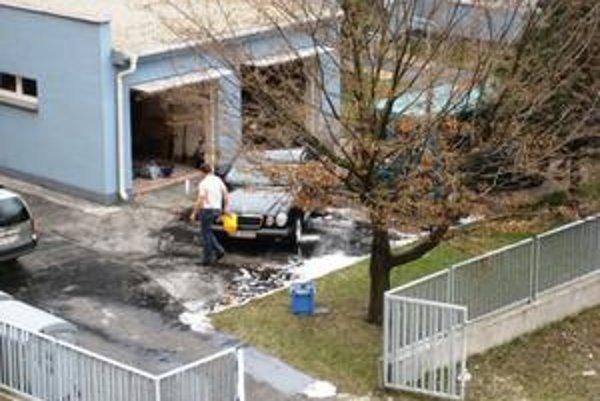 Umývanie áut na verejnom priestranstve znečisťuje životné prostredie. V Petržalke ohrozuje spodné vody, ktoré sú tu veľmi vysoké.