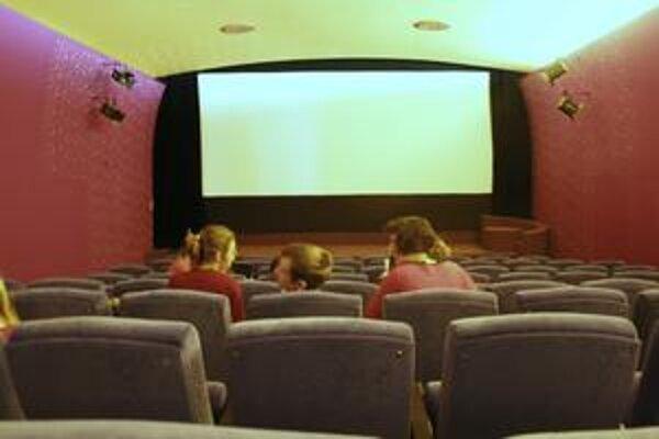 Záber do takmer prázdnej kinosály.