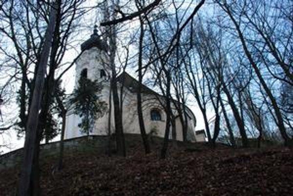 Dúbravka  navrhuje urnovú stenu pri  kostole.