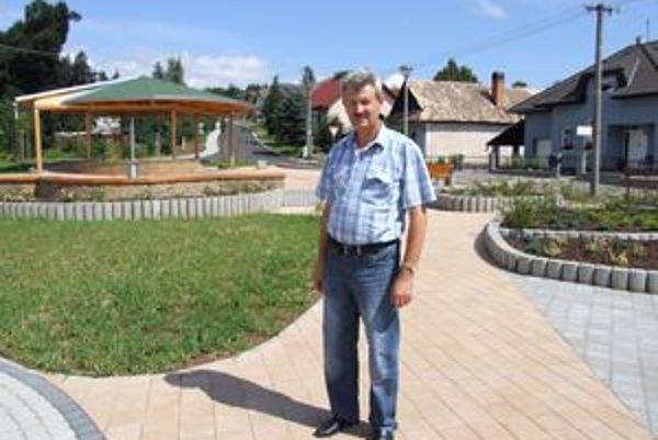 Lutilský starosta Ján Pružina na zrekonštruovanom námestí.