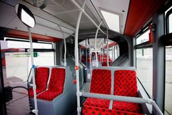 Dopravný podnik spustil elektronické aukcie, štyri sa už konali a ušetrili vraj štyri tisíc eur. Či sa v budúcnosti nebudú konať aj v súvislosti s obstarávaním autobusov či električiek, zatiaľ vedenie podniku nevylúčilo.