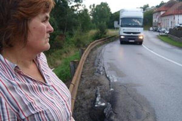 Sidónia Buzalková, iniciátorka petície. Sťažuje sa na cestu, ktorá je v dezolátnom stave.