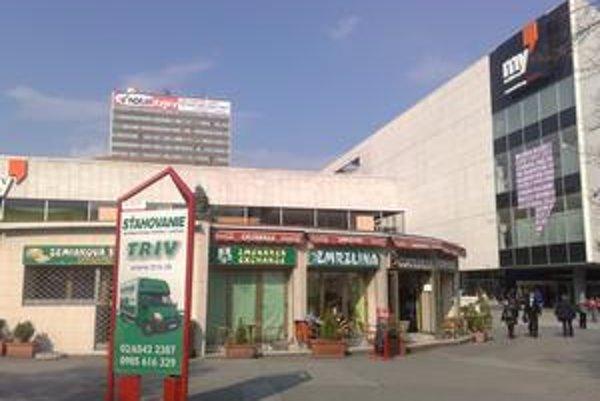 My Bratislava chce zmeniť okolie obchodného domu, ktorý je čerstvo obnovený.