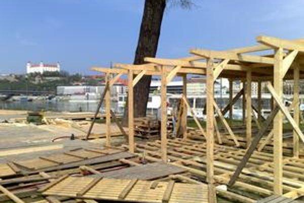 Na dunajskej pláži už rastú drevené konštrukcie, je tam navezený piesok.