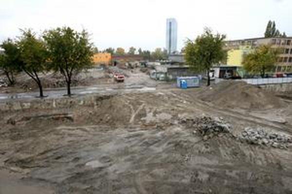 Stavenisko na strane Starého Mesta je v takejto podobe už niekoľko rokov. Na tomto území sa v minulosti hovorilo o viacerých projektoch, ktoré mali susediť s Twin City.