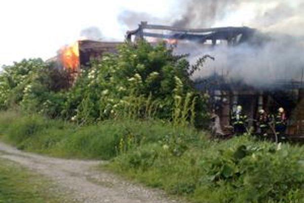 Hasiči bojovali s ohňom vyše dvoch hodín, plamene šľahali do výšky niekoľkých metrov.